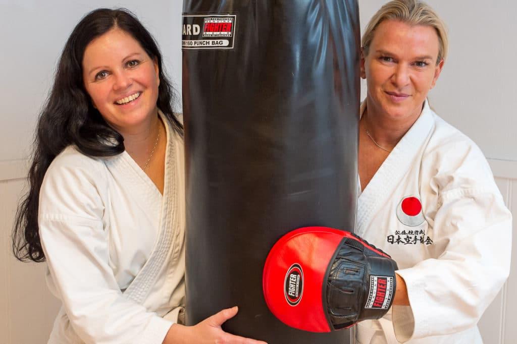 Anne Lene Arentzen og Cathrine Sletvik ville begge prøve noe nytt. Nå stortrives de på Bjørgvin karateklubb.