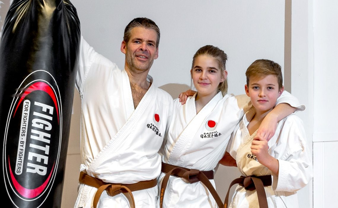 Pappa Tor Arne Vindenes og barna Thora Helle Vindenes og Magnus Helle Vindenes bor i Fyllingsdalen og trener alle sammen i Bjørgvin Karateklubb.