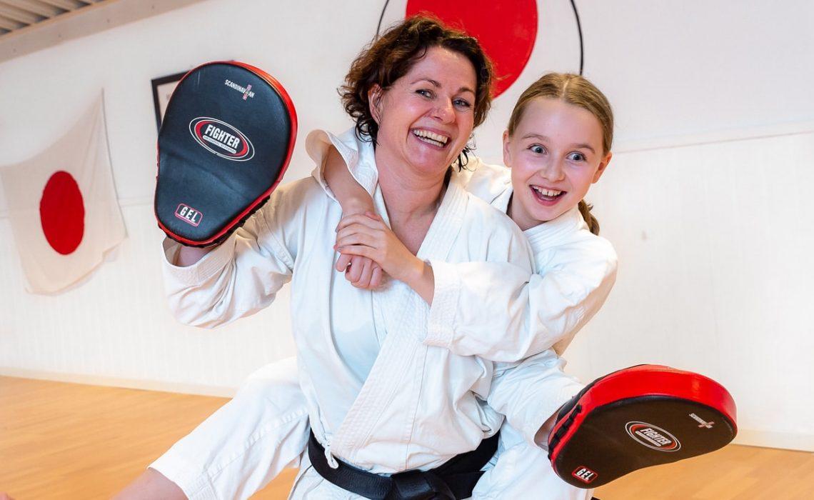 Kjersti Klett og Erle Klett trener sammen i Bjørgvin Karateklubb